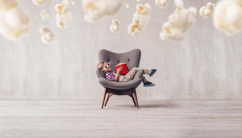 Espectador pequeno de sono no cinema foto de stock