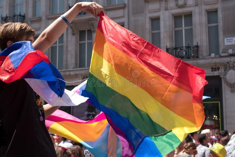 Espectador que comemora e que acena a bandeira durante Pride Parade alegre, Londres 2018 do arco-íris de LGBT fotos de stock royalty free