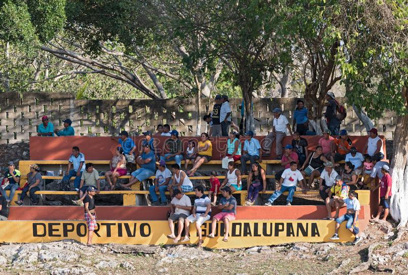 Espectadores de un juego de béisbol en el piste, ¡n, México de Yucatà imagen de archivo libre de regalías