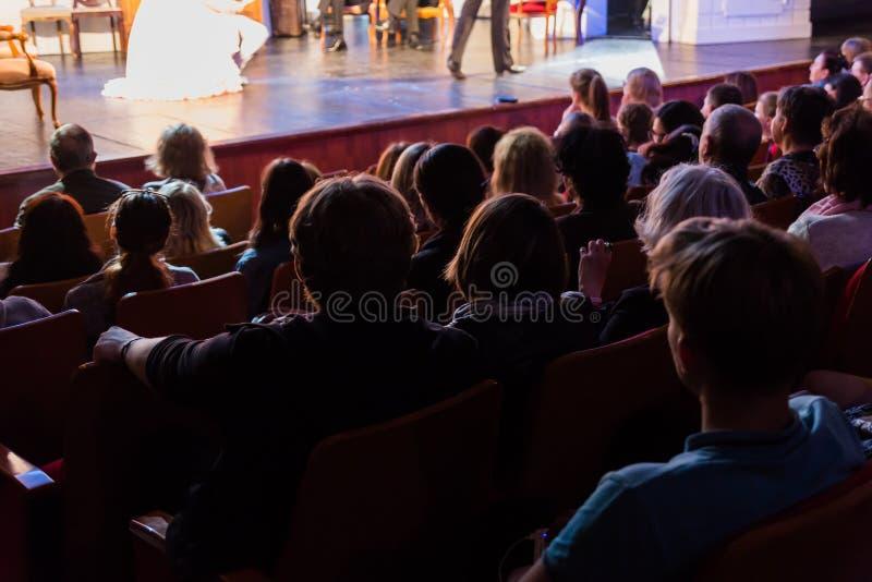 Espectadores em um desempenho de teatro, em um cinema ou em um concerto Tiro de atrás A audiência no salão fotografia de stock royalty free