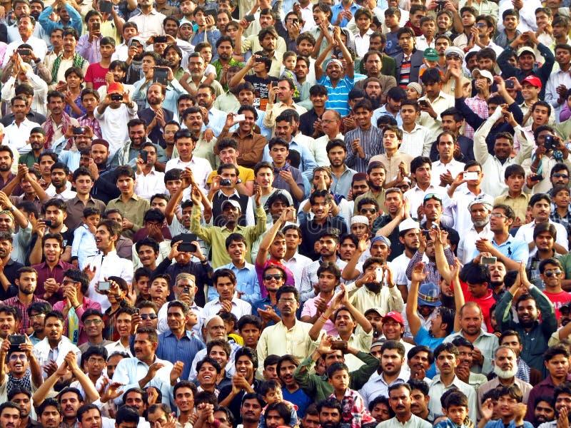 espectadores en la ceremonia de clausura de la frontera entre Paquistán y la India, frontera de Wagha imagen de archivo