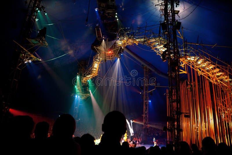 Espectadores en la representación de Cirque du Soleil fotografía de archivo libre de regalías
