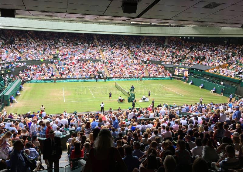 Espectadores na corte do centro em Wimbledon imagem de stock