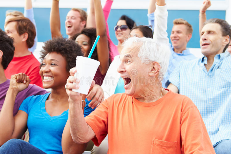 Espectadores que animan en el acontecimiento deportivo al aire libre fotografía de archivo