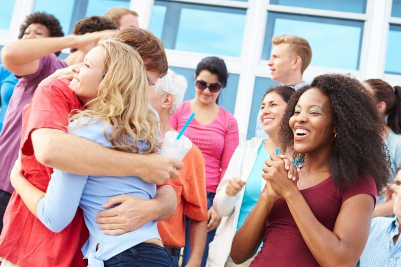 Espectadores que celebran en el acontecimiento deportivo al aire libre fotos de archivo