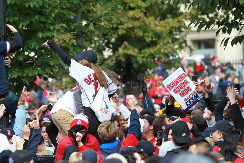 Espectadores que celebran a los campeones 2018 del World Series de Red Sox foto de archivo