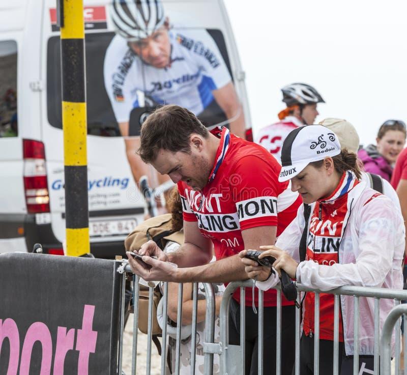 Espectadores que comprueban sus imágenes - Tour de France 2013 imágenes de archivo libres de regalías
