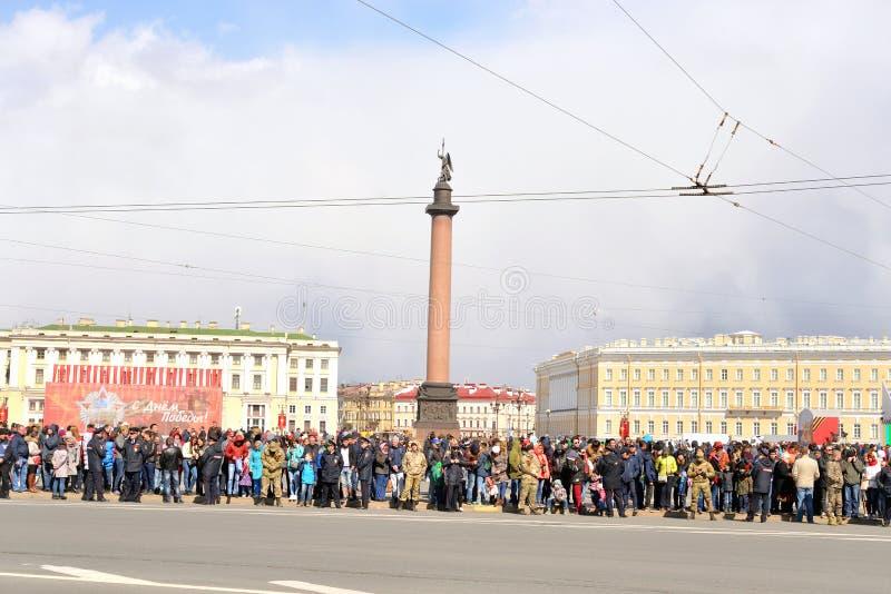 Espectadores Victory Parade no quadrado do palácio imagem de stock