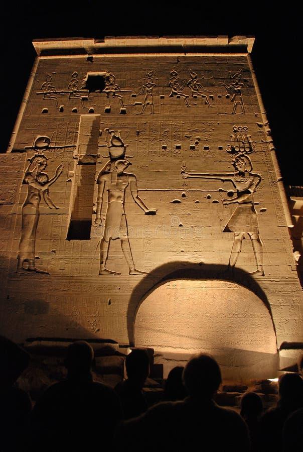 Espectadores y tallas de la piedra en el templo de Philae foto de archivo