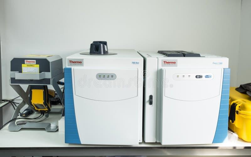 Espectrómetro de masas en laboratorio de química fotos de archivo