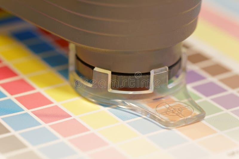 Espectrómetro usado para impermeabilizar en una hoja de la impresión de prueba imagen de archivo