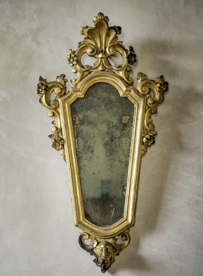 Espejo antiguo clásico con el marco dorado imagen de archivo libre de regalías