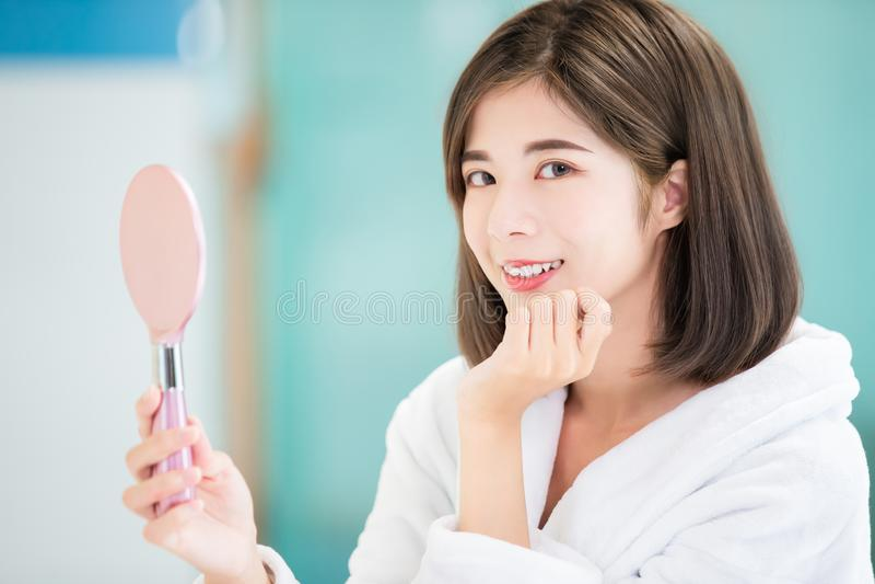 Espejo asiático de la toma de la mujer de la belleza imagen de archivo