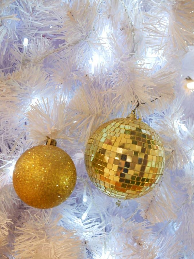 Espejo bola de Navidad decoración colgada en fondo azul claro fotografía de archivo libre de regalías