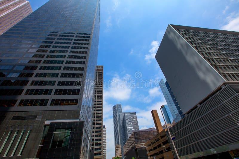 Espejo céntrico del cielo azul del disctict de los rascacielos de Houston fotos de archivo