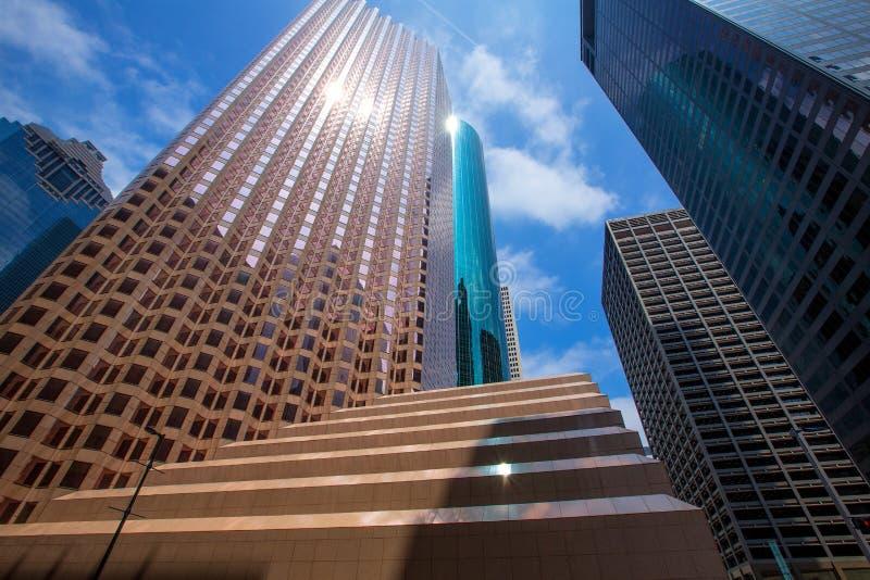 Espejo céntrico del cielo azul del disctict de los rascacielos de Houston fotografía de archivo