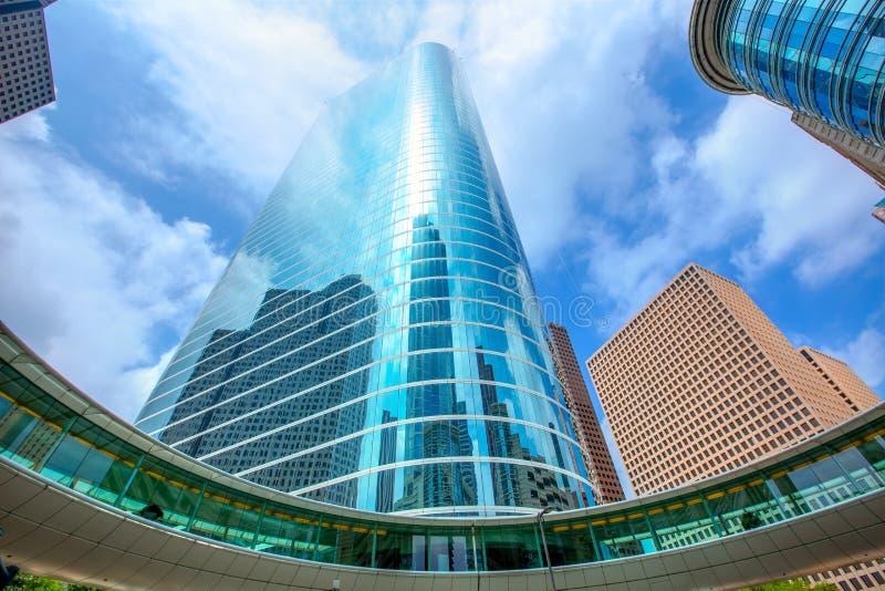 Espejo céntrico del cielo azul del disctict de los rascacielos de Houston imagen de archivo