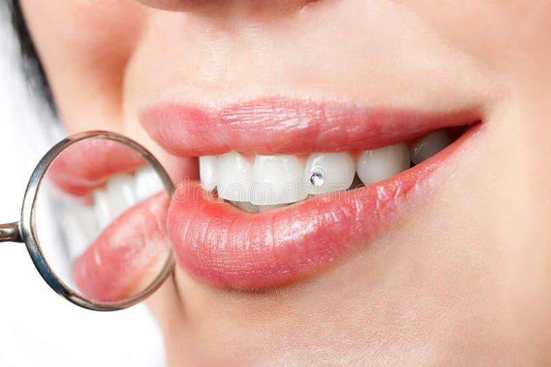 Espejo de boca dental cerca de los dientes sanos de la mujer blanca imágenes de archivo libres de regalías