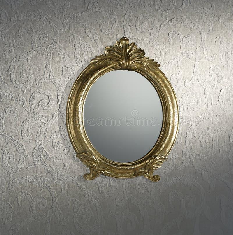 Espejo de la vendimia en la pared fotos de archivo