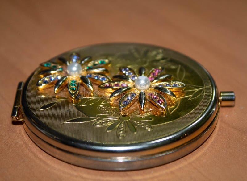 Espejo de oro en la tabla fotos de archivo libres de regalías