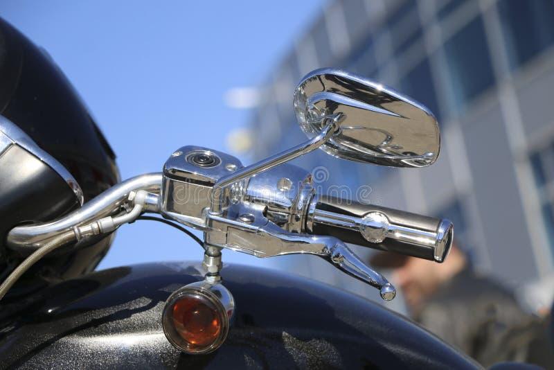 Espejo del lado de la motocicleta manija y espejo de la vista posterior de la motocicleta foto de archivo libre de regalías