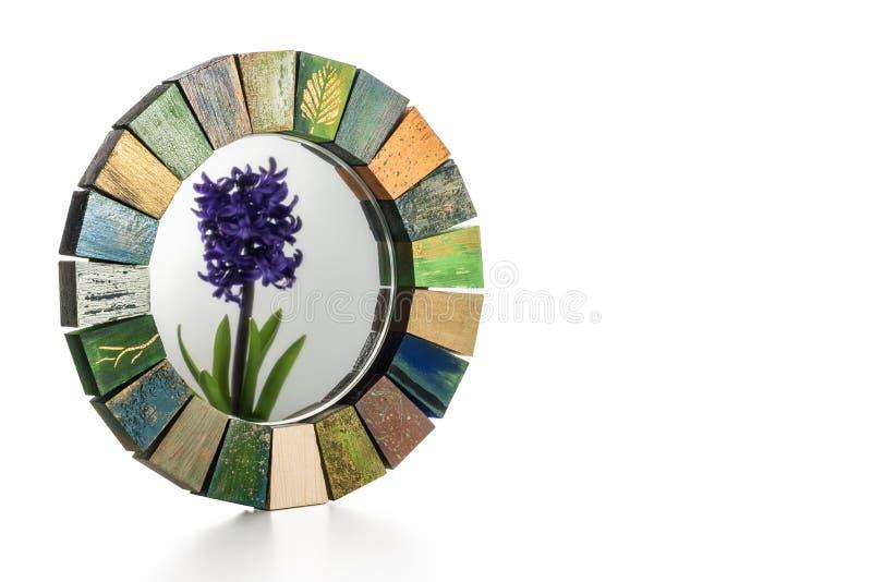 Espejo hecho a mano en un marco entonado de madera y una reflexión del jacinto de la flor en un vidrio fotografía de archivo libre de regalías