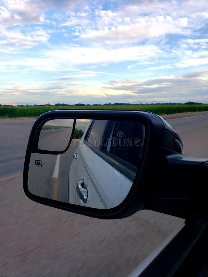 Espejo lateral de la vista trasera mirando hacia atrás y hacia adelante imágenes de archivo libres de regalías