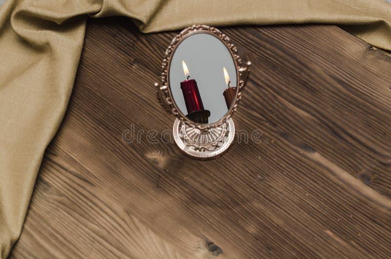 Espejo místico del oro con la reflexión de la vela foto de archivo libre de regalías