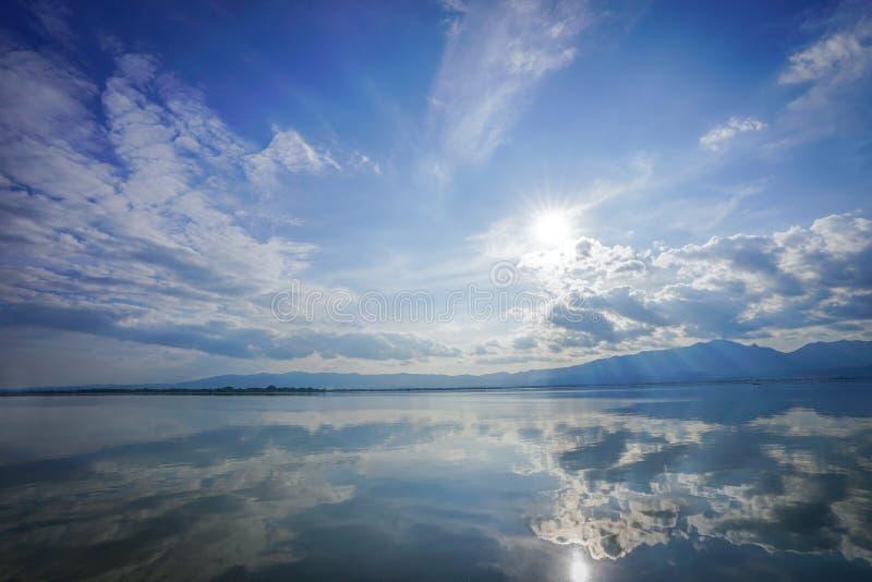 Espejo maravilloso de la reflexión entre el cielo, nube, sol y mar, representante como paraíso o cielo en eath , Tailandia fotografía de archivo