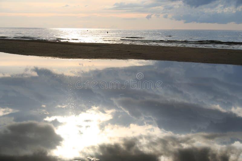 Download Espejo natural foto de archivo. Imagen de extracto, nubes - 1290838