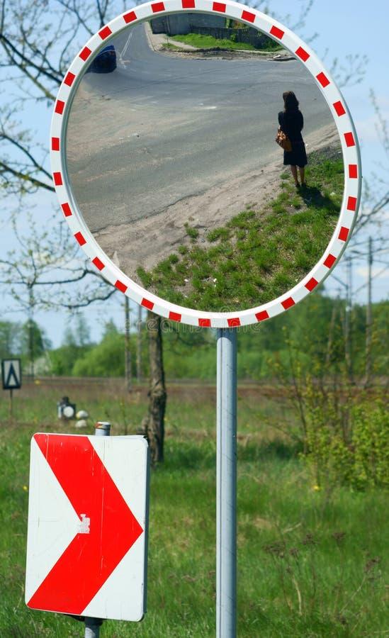 Espejo para la seguridad y la seguridad de tráfico fotografía de archivo