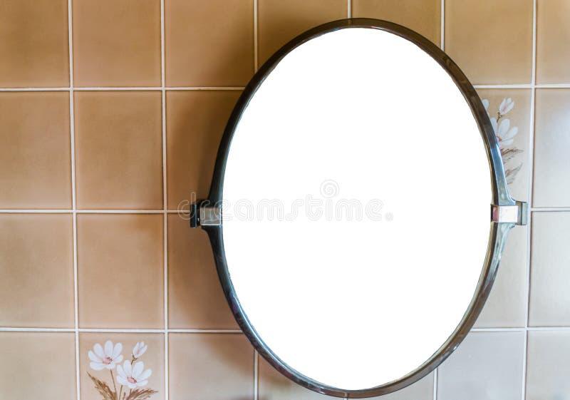 Espejo plástico en blanco vacío que cuelga en la pared en el cuarto de baño con el fondo que teja retro imagenes de archivo