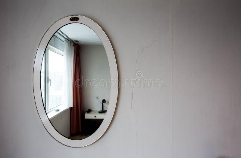Espejo redondo antiguo del vintage en la pared vieja blanca foto de archivo