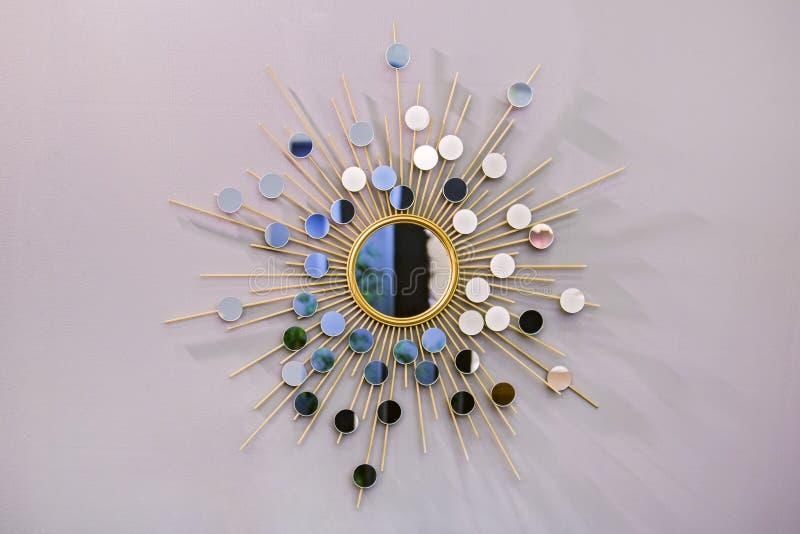Espejo redondo en la forma del sol, un espejo de oro del tonelero, forma moderna de la pared decorativa en el estilo escandinavo imagen de archivo