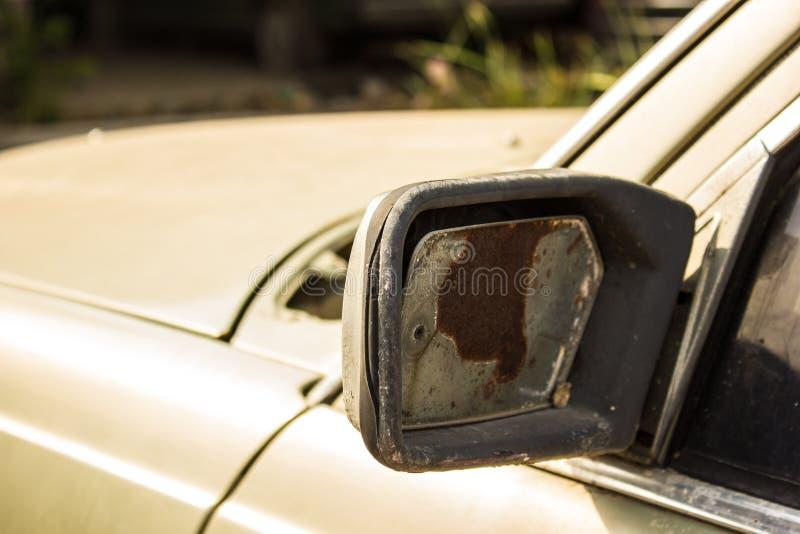 Espejo retrovisor dañado un coche foto de archivo
