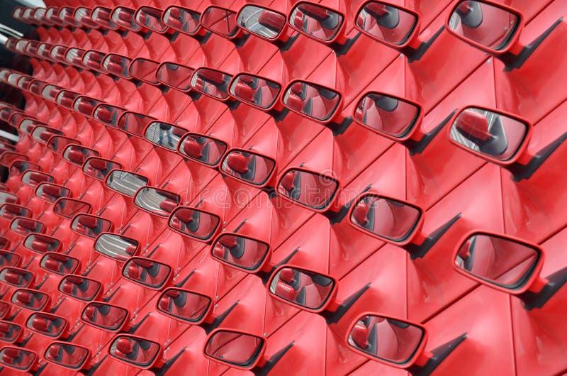 Espejos del exterior del rojo fotos de archivo