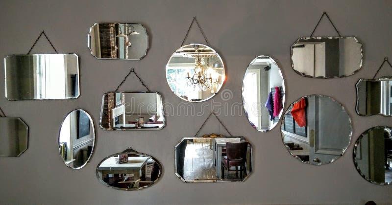 Espejos en una pared fotos de archivo