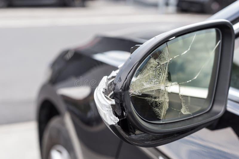 Espejos quebrados de un coche fotografía de archivo