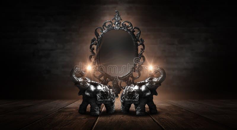 Espelhe dizer mágico, da fortuna e realização dos desejos Elefante dourado em uma tabela de madeira imagem de stock royalty free