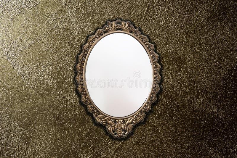 Espelho antigo na textura do fundo da parede do ouro, projeto do vintage imagens de stock royalty free