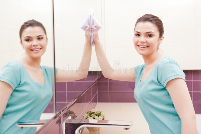Espelho bonito da limpeza da senhora imagens de stock royalty free