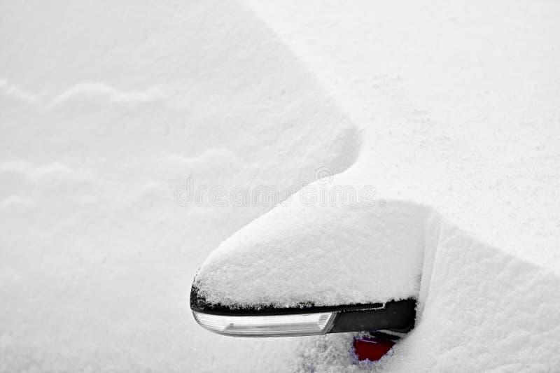 Espelho coberto de neve do lado do carro fotografia de stock