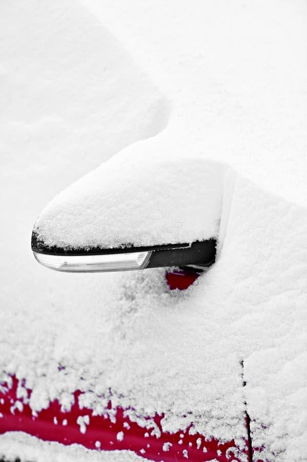 Espelho coberto de neve do lado do carro fotos de stock royalty free