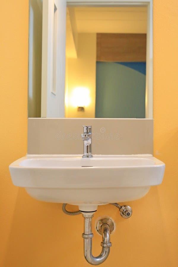 Espelho com o dissipador no toalete imagem de stock royalty free