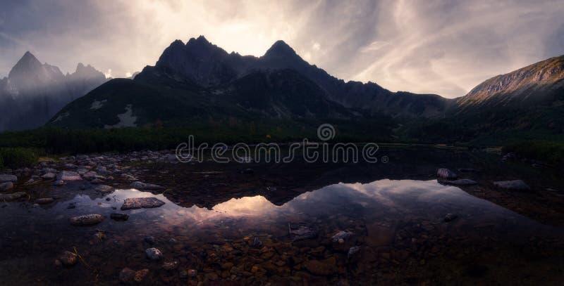 Espelho da montanha, por do sol imagem de stock