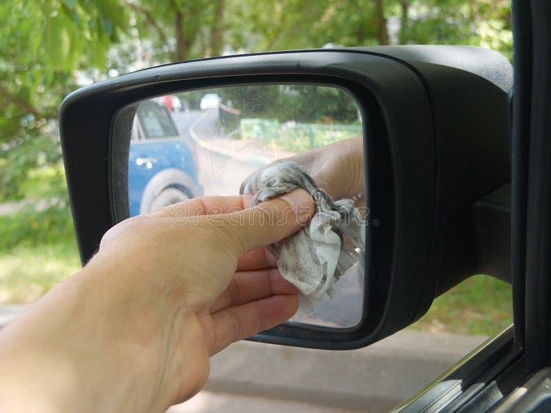 Espelho de carro da limpeza imagens de stock royalty free