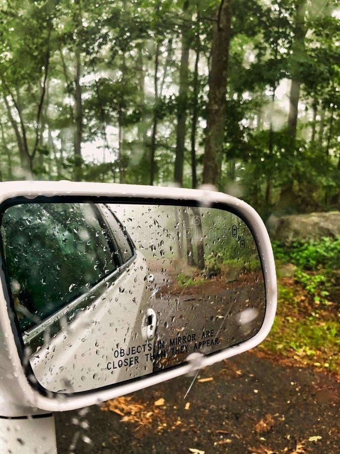 Espelho de carro da reflexão da chuva imagem de stock royalty free