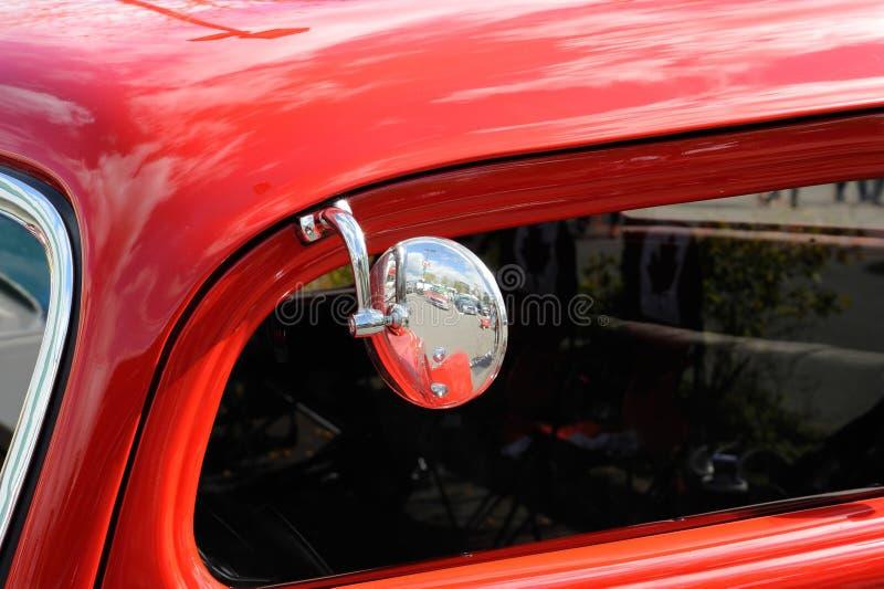 Espelho de carro vermelho clássico fotos de stock royalty free