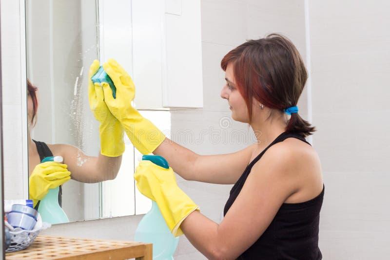Espelho de lavagem da menina bonito no banheiro imagens de stock royalty free
