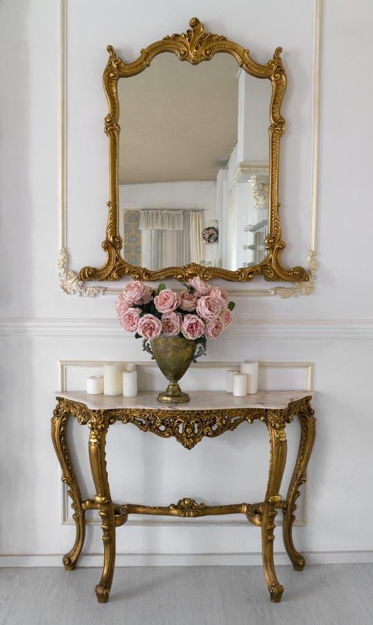 Espelho de vaidade dourado do vintage e tabela dourada fotografia de stock royalty free
